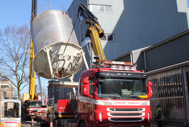 Tweetal silo's verwijderd via het dak